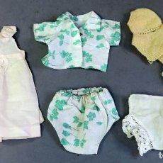Vestidos Muñeca Española Clásica: ENAGUAS COMBINACIÓN CONJUNTO HOJAS VERDE BRAGUITAS CHAQUETA AMARILLA MUÑECAS AÑOS 50 - 60. Lote 228148970