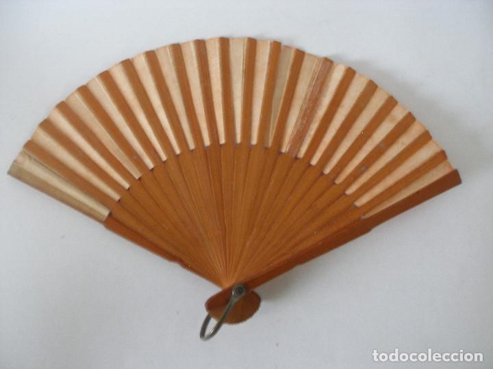 Vestidos Muñeca Española Clásica: Pequeño abanico ( 12 cm ) en papel y madera años 20 - 30 - Foto 2 - 245428665
