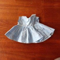 Vestidos Muñeca Española Clásica: VESTIDO BATISTA AZUL ANTIGUO DE LOS 60 PARA MUÑECA DE 36 CM. Lote 257453555