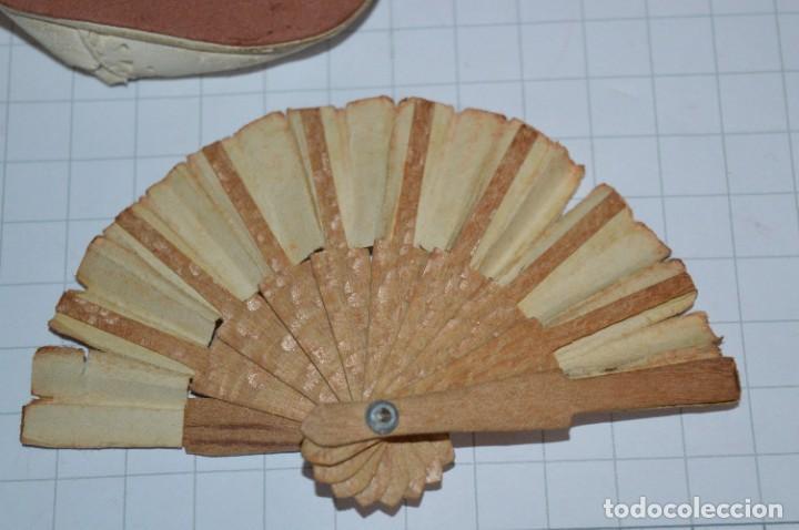 Vestidos Muñeca Española Clásica: ABANICO, ZAPATOS y pequeño BOLSO - Lote antiguo accesorios muñecas ¡Mira fotos! - Foto 5 - 286806103