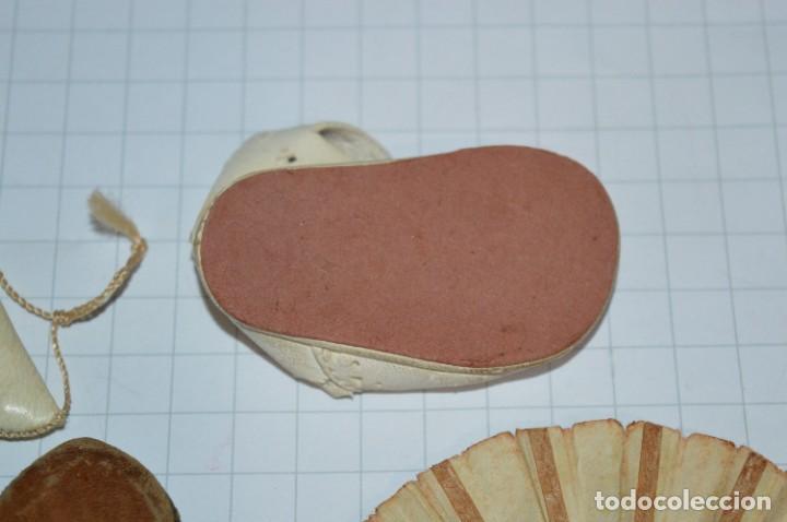 Vestidos Muñeca Española Clásica: ABANICO, ZAPATOS y pequeño BOLSO - Lote antiguo accesorios muñecas ¡Mira fotos! - Foto 13 - 286806103