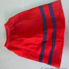 Vestidos Muñecas Españolas: ANTIGUA FALDA ROJA, PARA MUÑECA, CON BROCHE, DE PANA. Lote 29738574