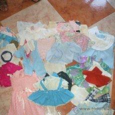 Vestidos Muñecas Españolas: GRAN LOTE DE ROPA PARA MUÑECOS ,SON MAS DE 115 PIEZAS Y SE REGALA EL MALETIN EN EL QUE SE ENCUENTRA. Lote 29421630