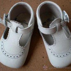 Zapatos de bebé de piel blancos