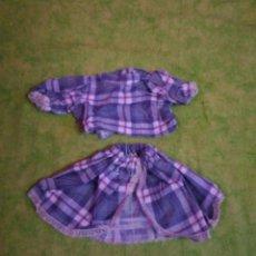 Vestidos Muñecas Españolas: TRAJE FALDA Y BLUSA CUADROS GRIS Y ROSA PARA MUÑECAS DE 40CM. Lote 63482004