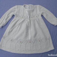Vestiti Bambole Spagnole: FALDÓN BLANCO ANTIGUO DE PUNTO CON FLORECITAS BORDADAS, PARA MUÑECA BEBÉ O REBORN. Lote 64149875