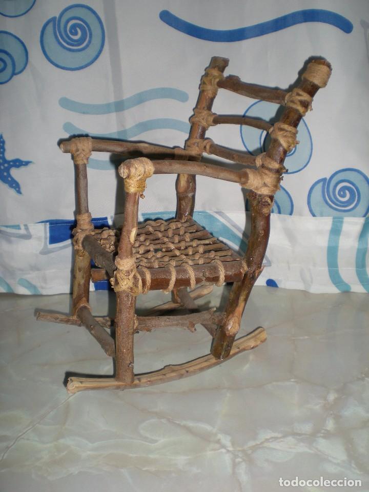 Vestidos Muñecas Españolas: graciosa mecedora rustica hecha ha mano en madera cuerda ideal muñecas y muñecos medidas fotos abajo - Foto 2 - 81844940