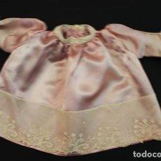 Vestidos Muñecas Españolas: ANTIGUO VESTIDITO DE MUÑECA 3O CM LARGO RASO Y PUNBTILLAS. Lote 104977571