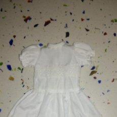 Vestidos Muñecas Españolas: VESTIDO DE LESLY BOUTIQUE . TIENE ALGUNA MANCHA SOMBRAS AMARILLENTAS. Lote 113035447