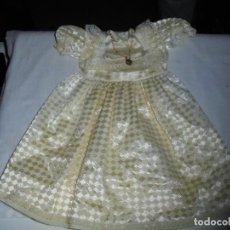 Vestidos Muñecas Españolas: ANTIGUO VESTIDO DE COMUNION ETIQUETA DE FAMOSA. Lote 116342995