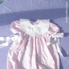 Vestidos Muñecas Españolas: PELELE ROSA DE BRILLANTINA PARA MUÑECA BEBÉ O REBORN. Lote 116532363