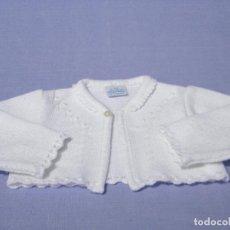 Vestidos Muñecas Españolas: CHAQUETA BLANCA DE TRICOT PARA MUÑECA BEBÉ O REBORN. Lote 122681807