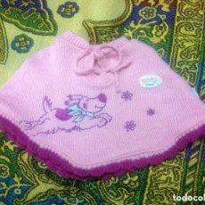 Vestidos Muñecas Españolas: PRECIOSO PONCHO DE BABY BORN. LE VA BIEN A NANCY ANTIGUA Y NEW Y OTRAS MUÑECA SIMILARES. Lote 129524463
