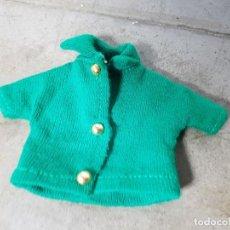 Vestiti Bambole Spagnole: MUÑECA TRESSY MINI MANIQUI - JERSEY O CHAQUETA VERDE ORIGINAL. Lote 135055798
