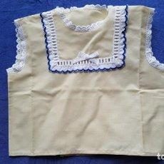 Vestidos Muñecas Españolas: == L61 - ANTIGUA CAMISETA DE BEBÉ. Lote 140049954