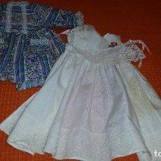 Vestidos Muñecas Españolas: DOS VESTIDOS DE MUÑECAS DE FAMOSA. Lote 143344114
