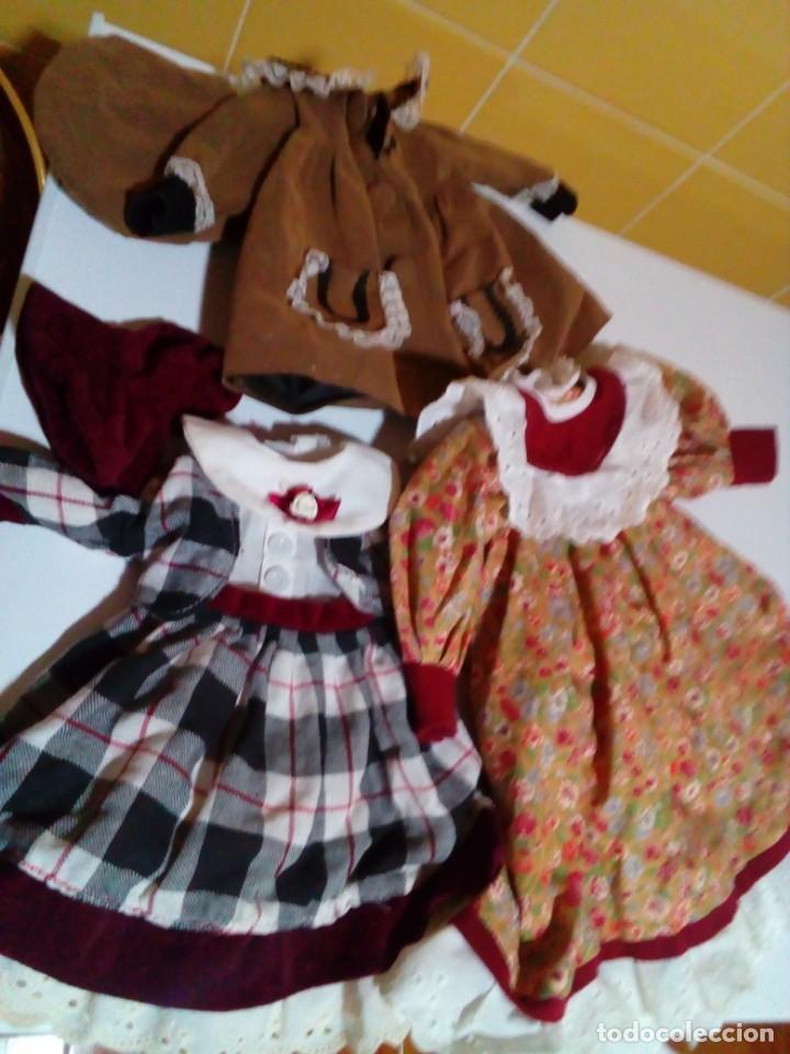 TRES VESTIDOS DE MUÑECAS Y ACCESORIOS (Juguetes - Vestidos y Accesorios Muñeca Española Moderna)