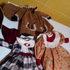 Vestidos Muñecas Españolas: TRES VESTIDOS DE MUÑECAS Y ACCESORIOS. Lote 150762526
