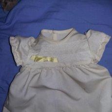 Vestidos Muñecas Españolas: ANTIGUO VESTIDO GRANDE DE MUÑECAS VICMA AÑOS 70 CON ETIQUETA MUY BUEN ESTADO NECESITA ALGO DE ASEO. Lote 155724990