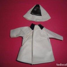 Vestidos Muñecas Españolas: CONJUNTO CHUBASQUERO Y SOMBRERO. Lote 156646790