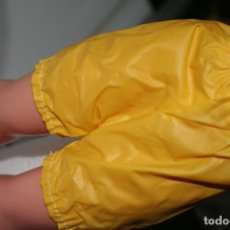 Vestidos Muñecas Españolas: PANTALON MUÑECA NANCY TIPO CHUBASQUERO . Lote 156646898