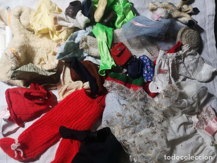 LOTE DE ROPA PARA MUÑECAS. DIFERENTES TAMAÑOS Y MATERIALES. ESPAÑA. AÑOS 60 (Juguetes - Vestidos y Accesorios Muñeca Española Moderna)