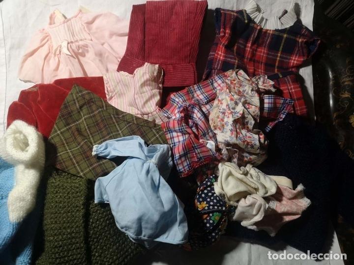 Vestidos Muñecas Españolas: LOTE DE ROPA PARA MUÑECAS. DIFERENTES TAMAÑOS Y MATERIALES. ESPAÑA. AÑOS 60 - Foto 2 - 168009012
