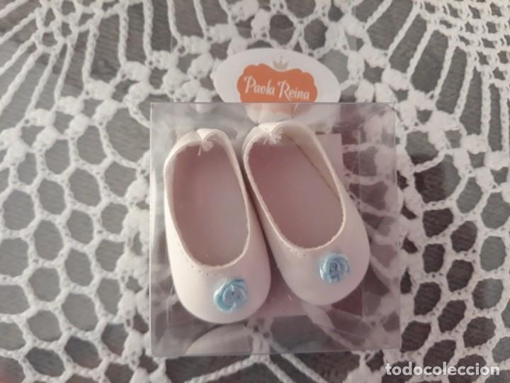 Vestidos Muñecas Españolas: Zapatos blanco flor azul para muñeca Paola Reina de 32cm - Foto 2 - 182644780