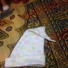 Vestidos Muñecas Españolas: BONITA GORRA GORRO PARA MUÑECA MUÑECO BEBE O REBORN, CREO QUE DEL MUÑECO BABY BORN. Lote 183076363