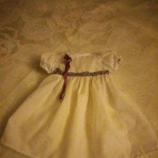 Vestidos Muñecas Españolas: ANTIGUO VESTIDO DE MUÑECA DE FAMOSA,ORIGINAL AÑOS 70.CON ETIQUETA Nº 36. Lote 184796446