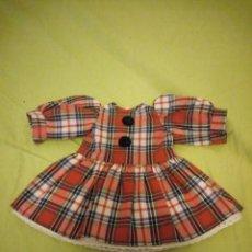 Vestidos Muñecas Españolas: BONITO VESTIDO A CUADROS PARA MUÑECAS DE 30 CM AÑOS 70/80. Lote 195802553