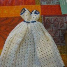 Vestidos Muñecas Españolas: PRECIOSO VESTIDO DE GANCHILLO PARA MUÑECA PEQUEÑA TIPO LESLY BARBIE O SIMILAR AÑOS 70 PERFECTO. Lote 195977370