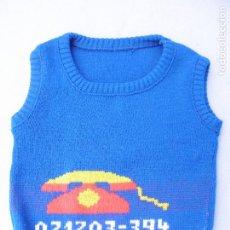 Vestidos Muñecas Españolas: CHALECO AZUL DE PUNTO PARA MUÑECAS. Lote 198419880