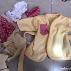 Vestidos Muñecas Españolas: ALBORNOZ DE NENUCO Y OTRA ROPA INCLUIDO ALGO DE FAMOSA. Lote 210339211