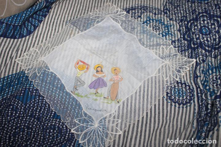 Vestidos Muñecas Españolas: Antiguo pañuelo con borde de encaje y pintado a mano, para muñecas, coleccionistas - Foto 2 - 215086360