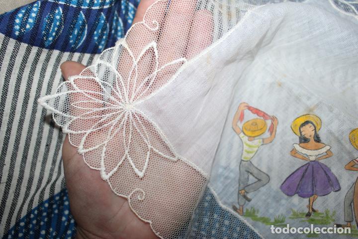 Vestidos Muñecas Españolas: Antiguo pañuelo con borde de encaje y pintado a mano, para muñecas, coleccionistas - Foto 3 - 215086360