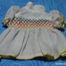 Vestidos Muñecas Españolas: ANTIGUO VESTIDO SIN MARCA PARA MUÑECA ADORNO NIDO DE ABEJA, MEDIDAS EN FOTOS. Lote 218196300