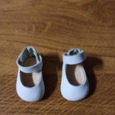 Vestidos Bonecas Espanholas: ZAPATOS PARA MUÑECA PEQUEÑA 3,5 CM DE LARGO X 2 CM LO MÁS ANCHO COLOR BLANCO DE PIEL Y SUELA CUERO. Lote 222603327