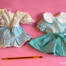 Vestidos Muñecas Españolas: DOS VESTIDOS EN ALGODÓN DE MUÑECA ANTIGUA. Lote 222702847