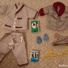 Vestidos Muñecas Españolas: LOTE MUÑECA LA FAMILIA HOGARIN ROPA PIJAMA BATA LIBROS PERCHA AÑOS 70 PAPA VA A LA CAMA. Lote 228827060