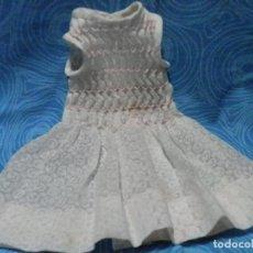 Vestidos Muñecas Españolas: ANTIGUO VESTIDO ARTESANO PARA MUÑECA, CUERPO EN NIDO DE ABEJA , MEDIDAS EN FOTOS. Lote 234343335