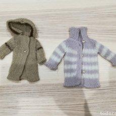Vestidos Bonecas Espanholas: DOS CHAQUETAS DE PUNTO DE LA MUÑECA LESLY. Lote 245755070
