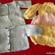 Vestidos Muñecas Españolas: PUNTO BEBÉ. LOTE DE 6 PRENDAS. Lote 247709240
