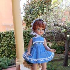 Vestiti Bambole Spagnole: VESTIDO Y CAPOTA BORDADO CON ADORNO LACITOS CON BOLITAS PARA MUÑECA PIERINA MARIQUITA... Lote 248441720