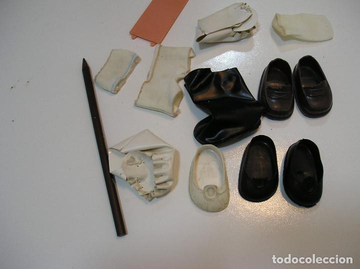 Vestidos Muñecas Españolas: LOTE MUÑECAS FAMOSA ZAPATOS CALCETIN TAPA PILAS BOTA........ - Foto 4 - 284065658