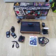 Videojuegos y Consolas: ANTIGUA CONSOLA ATARI 2600 + JUEGO CON MANDOS Y CAJA. Lote 138120198