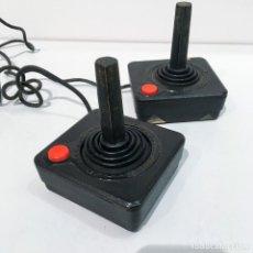 Videojuegos y Consolas: PAREJA DE MANDOS JOYSTICK ORIGINALES DE CONSOLA ATARI 2600. Lote 202796273