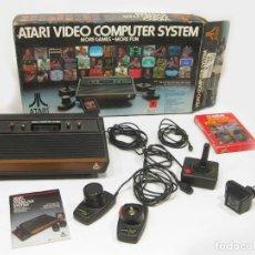 Jeux Vidéo et Consoles: CONSOLA ATARI 2600 CON EL JUEGO COMBAT, MANDOS Y CAJA. Lote 207272608