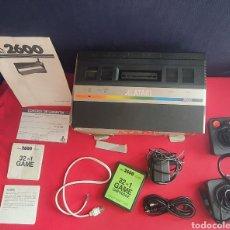 Jeux Vidéo et Consoles: CONSOLA ATARI 2600 CON 2 MANDOS Y CABLES Y JUEGO NO PROBADO. Lote 262870790