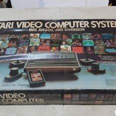 Videojogos e Consolas: CONSOLA ATARI CX 2600-A DE PRIMERA GENERACIÓN COMPLETA Y EN SU CAJA ORIGINAL. Lote 275510483